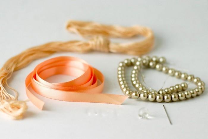 Браслет и ожерелье из лент и бусин