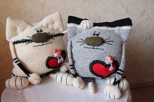 Вязаные коты подушки и кошки со схемами спицами